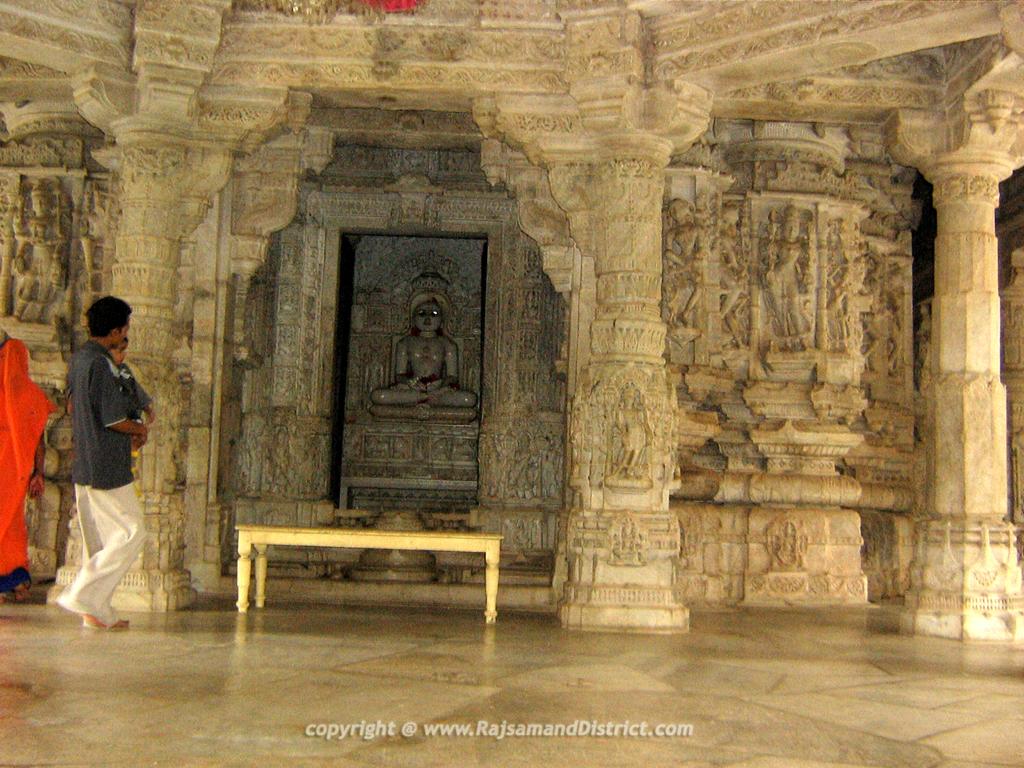 रणकपुर के जैन मंदिर में कलात्मक खंभे