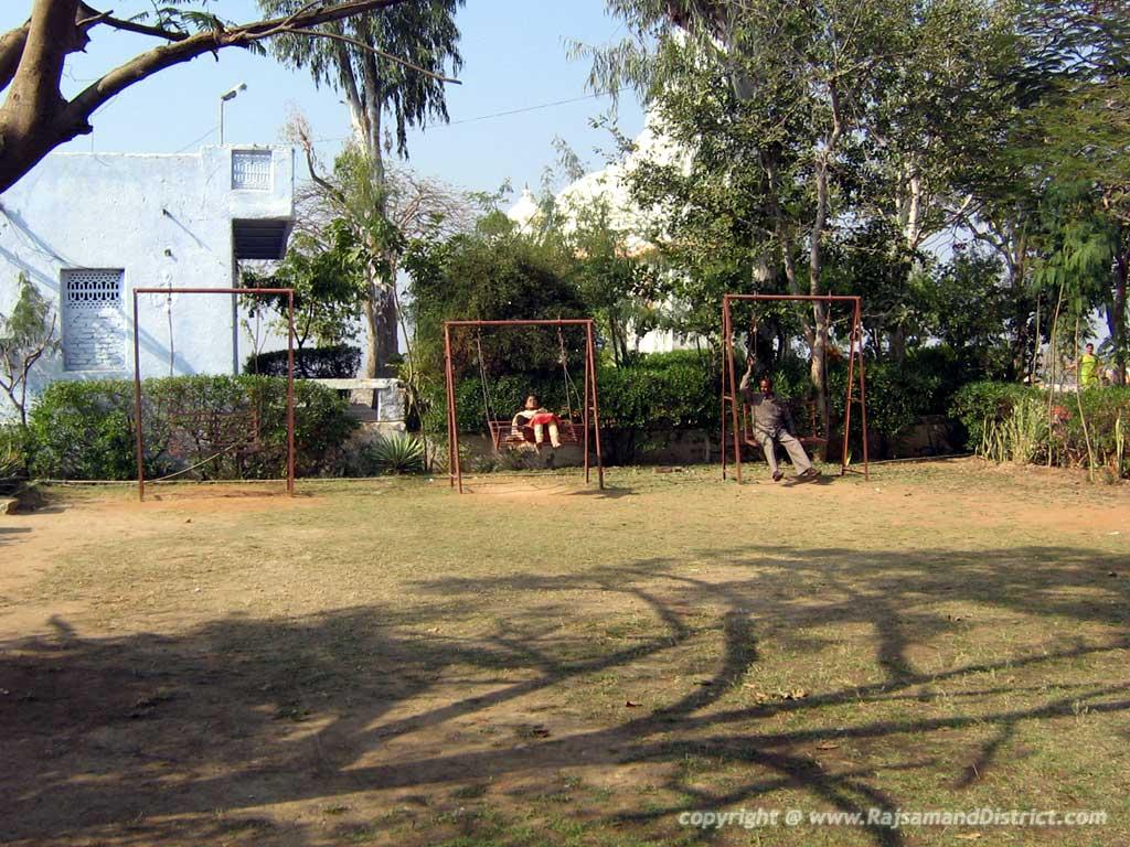 यहां स्थित बाग बगीचे व झुले