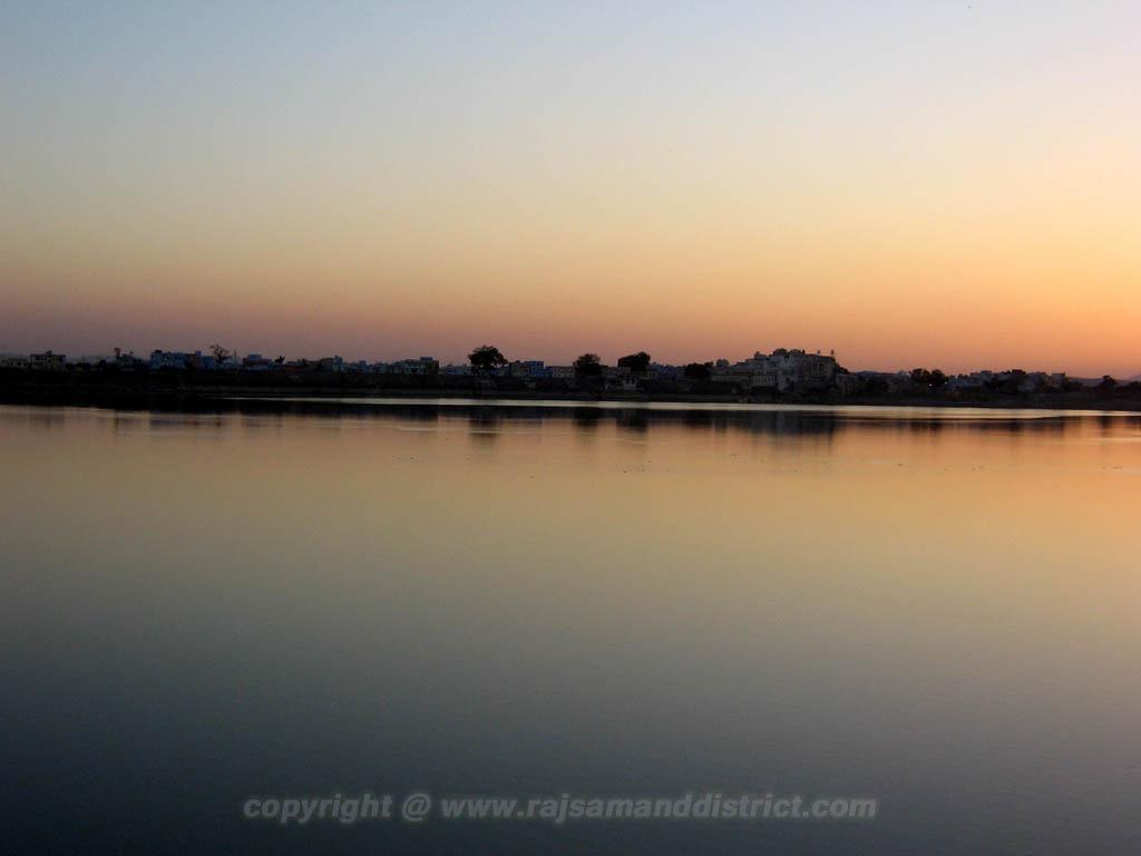 राजसमन्द झील से सुर्यास्त का फोटो